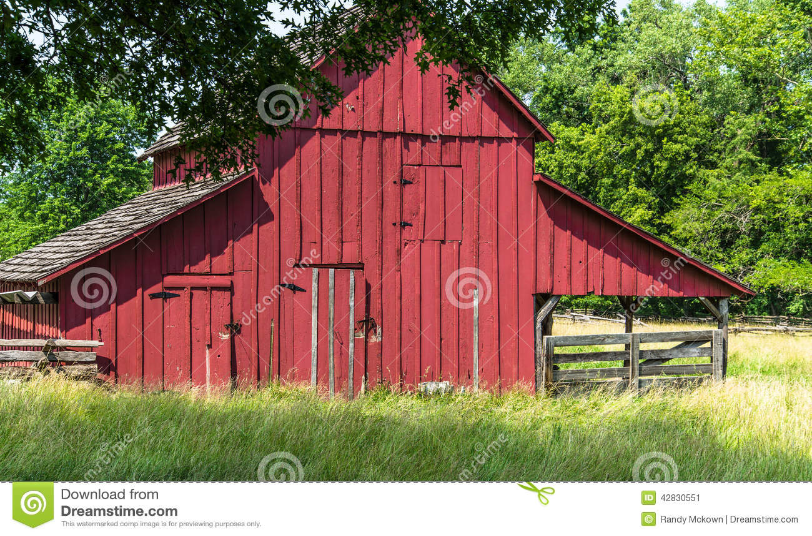Oude Rode Schuur op een Amish-landbouwbedrijf