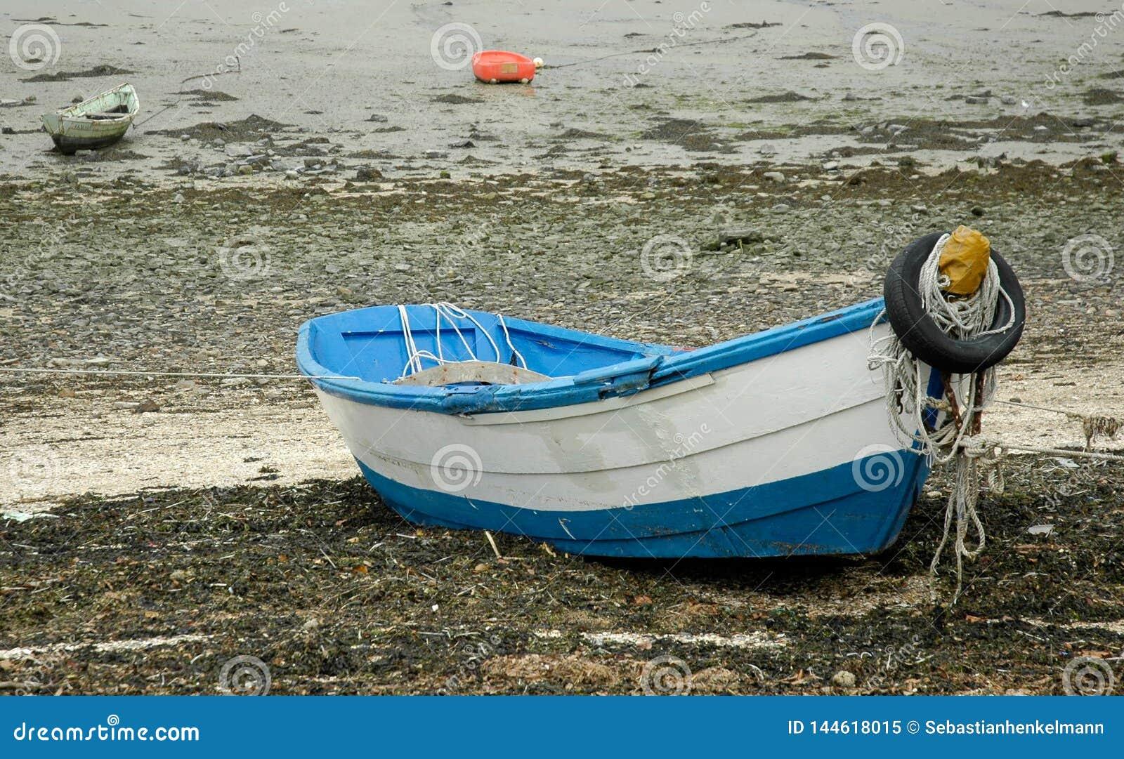 Oude roeiboot op het strand