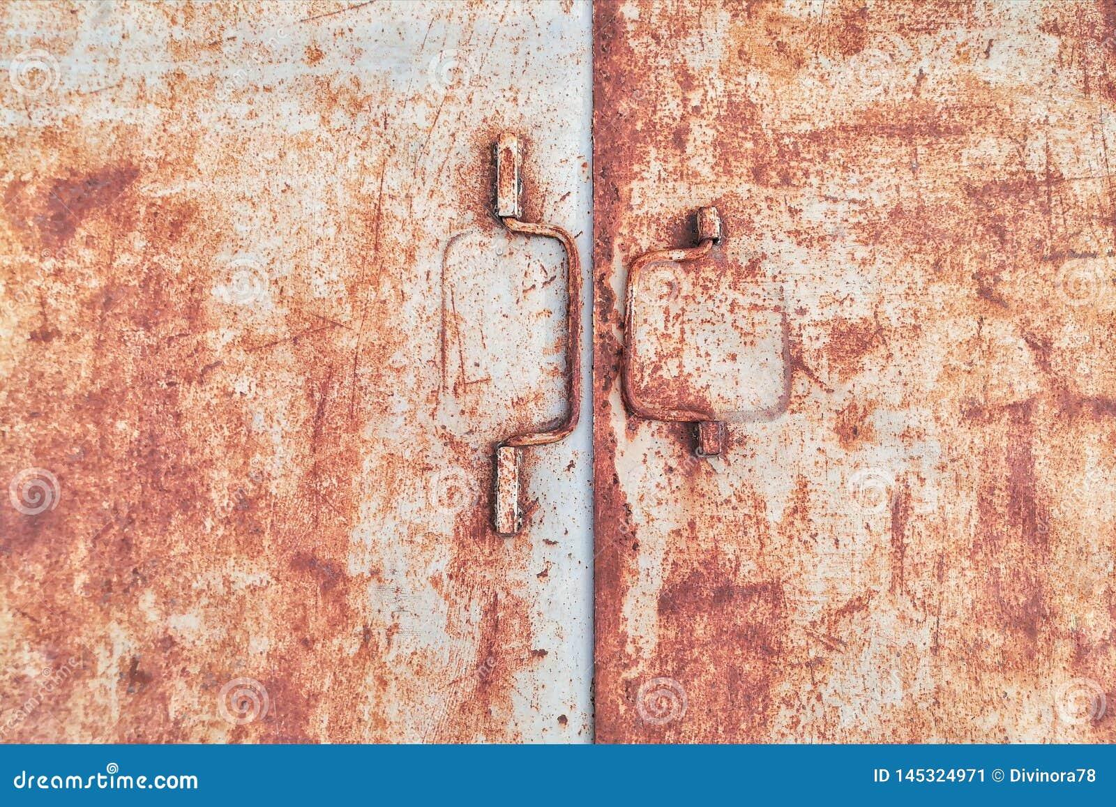 Oude roestige ijzerdeur