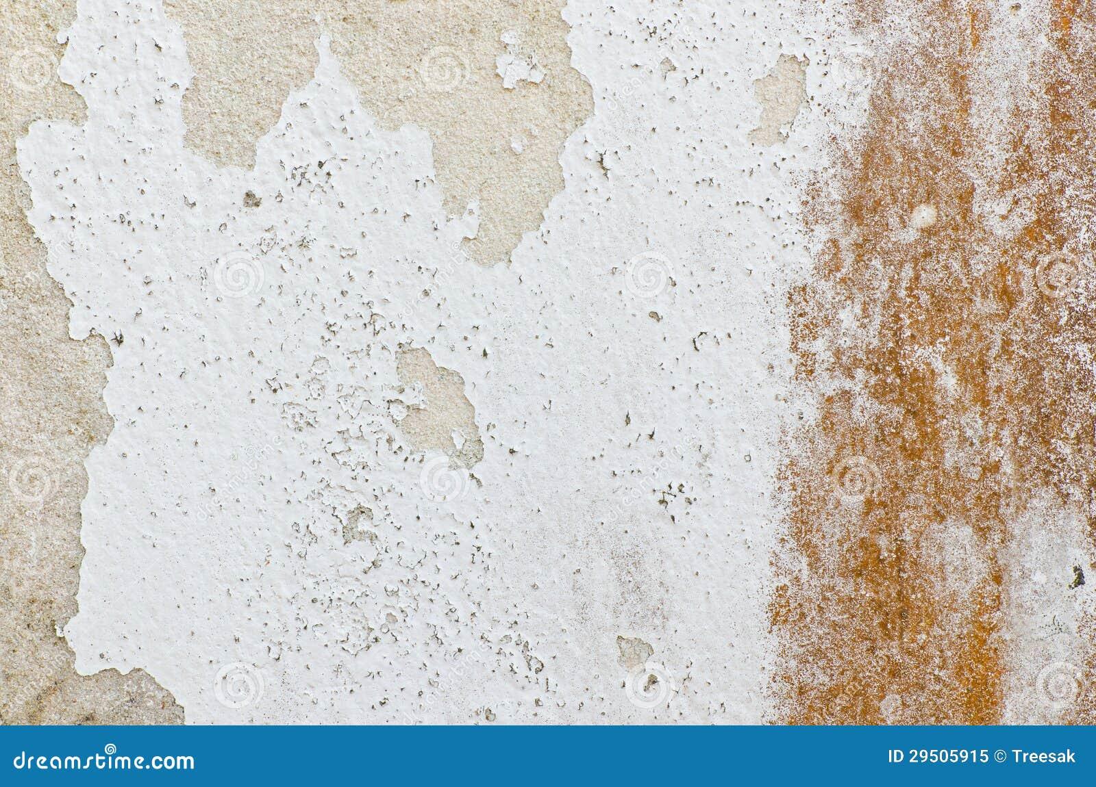 Oude roestige schade witte muur