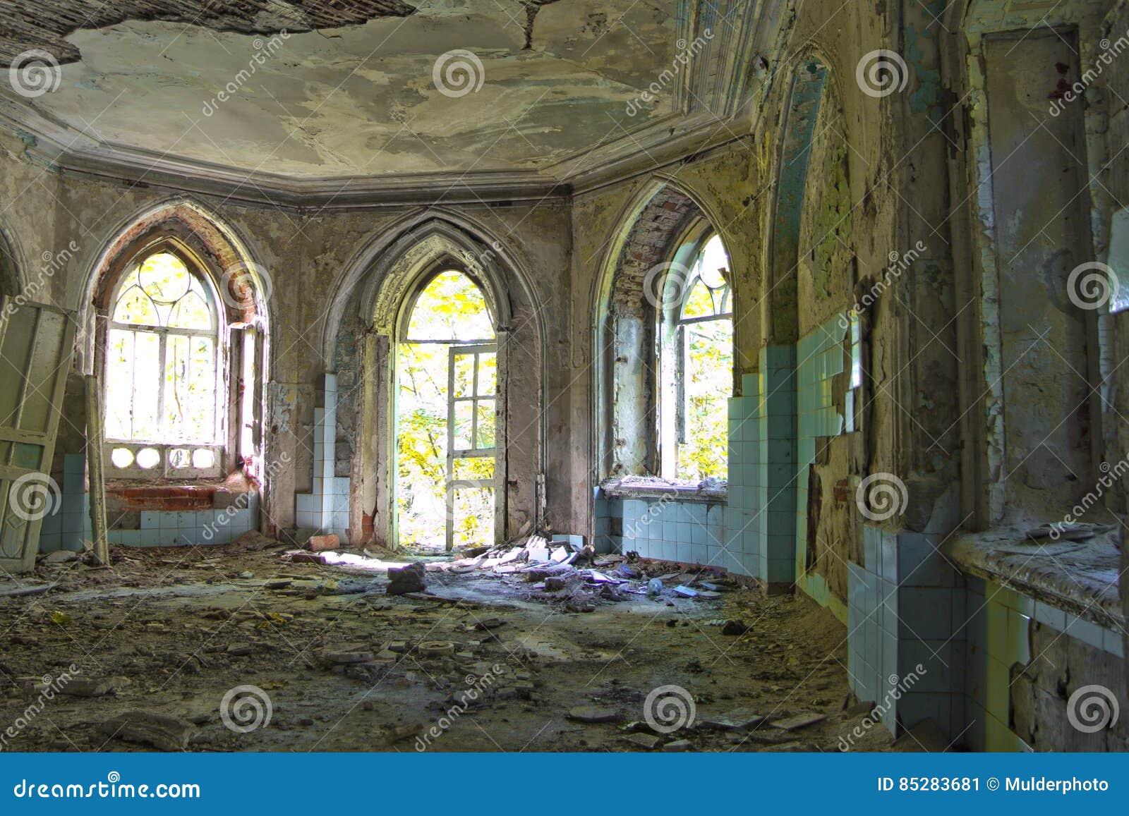 Oude rotte deuropening van een verlaten herenhuis van Khvostov in gotische stijl