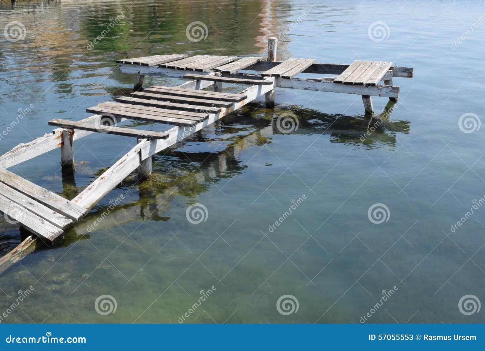 Oude rotte schipbrug in een spookstad