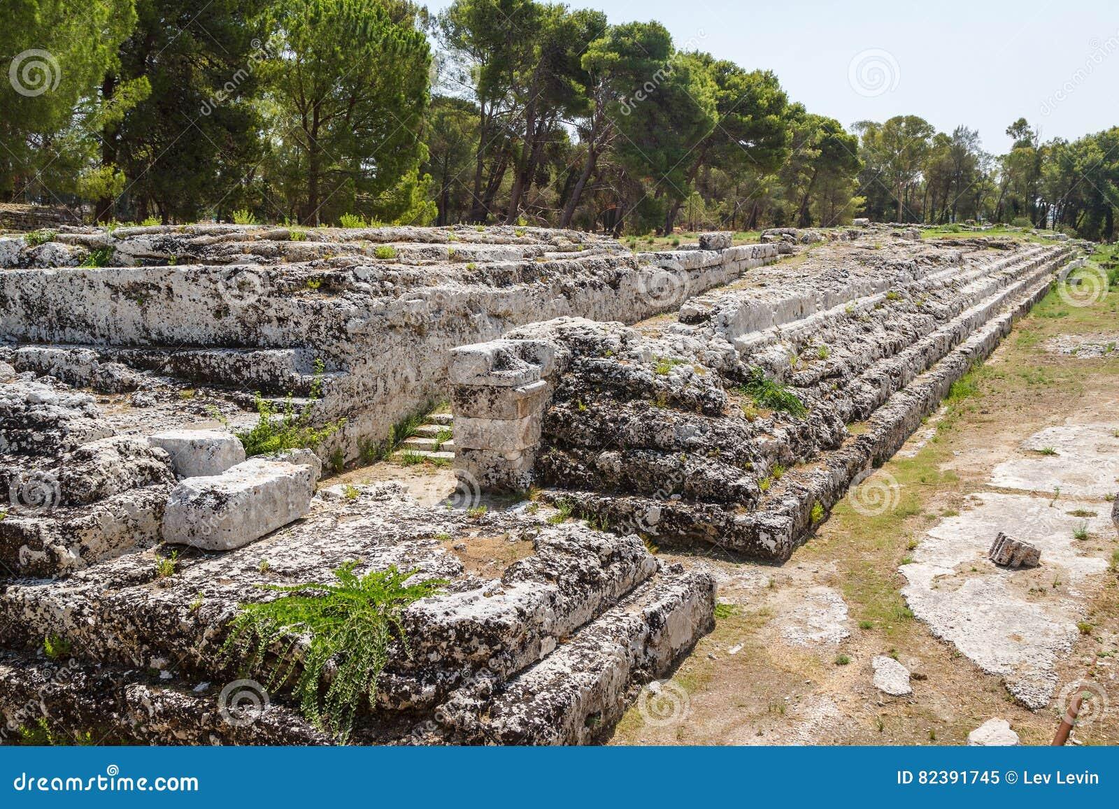 Oude ruïnes in het historische centrum het eiland van van Syracuse, Sicilië