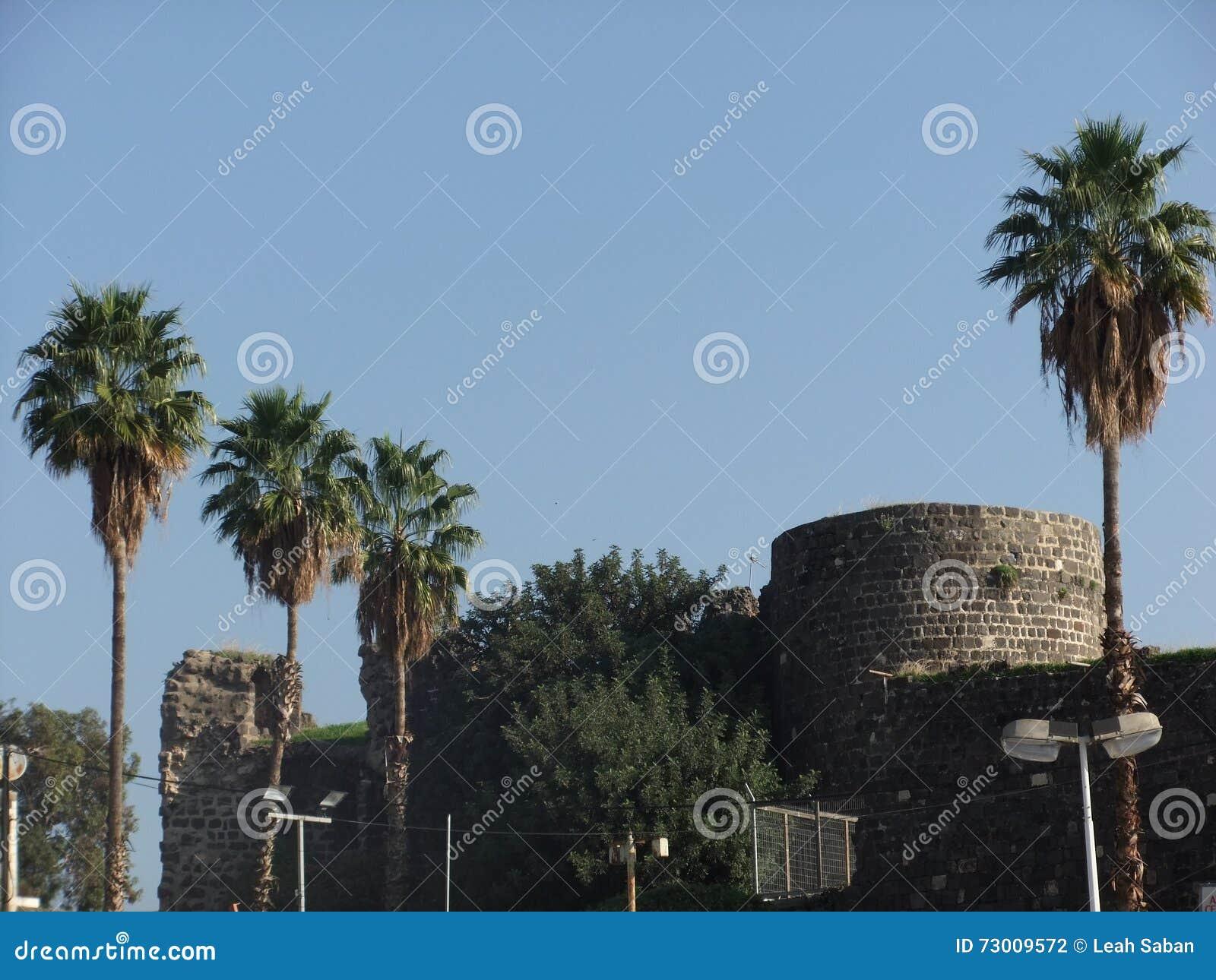 Oude ruïnes in nieuwe stad