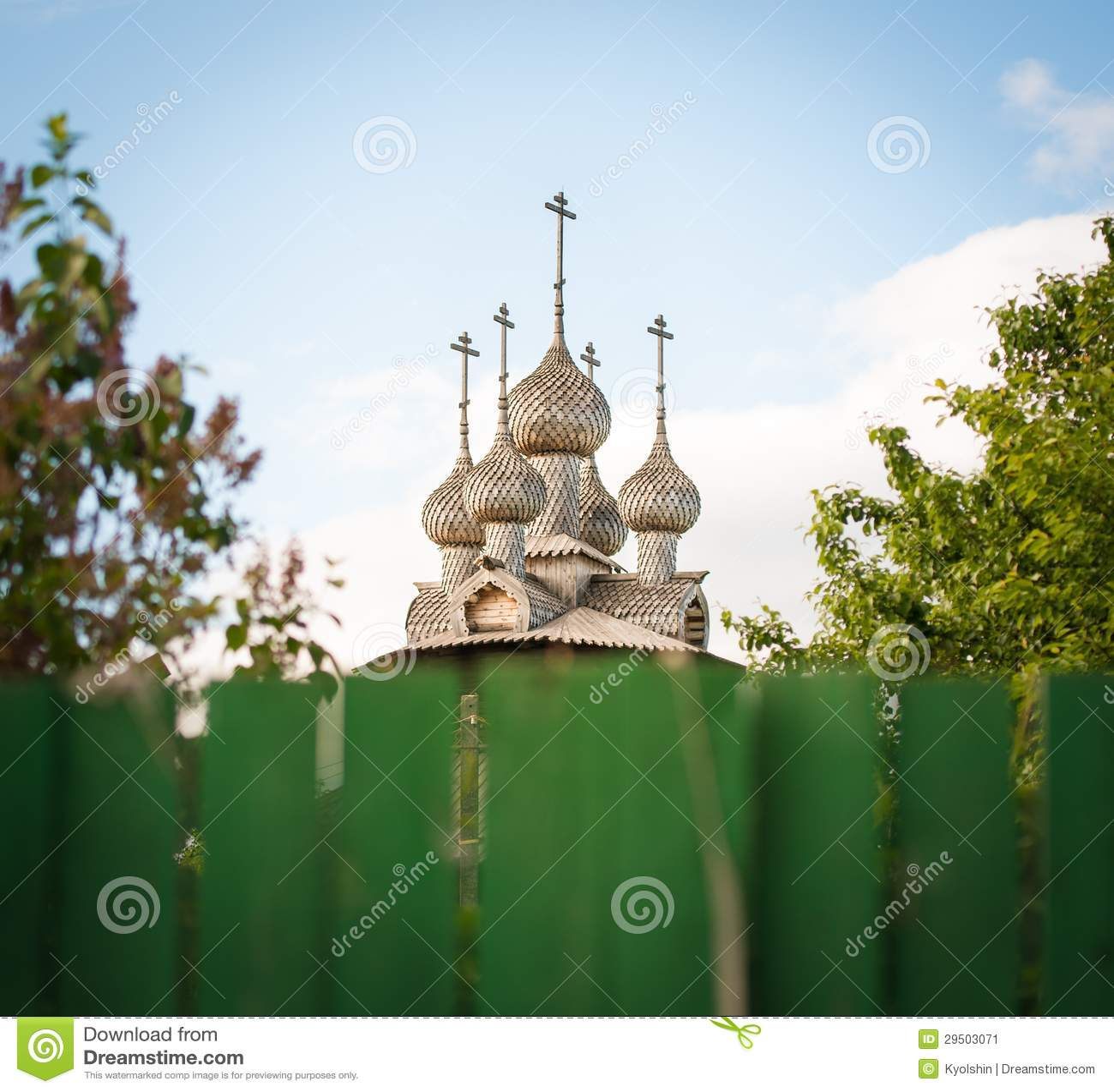 Oude Russische houten kerk. Mening over omheining.