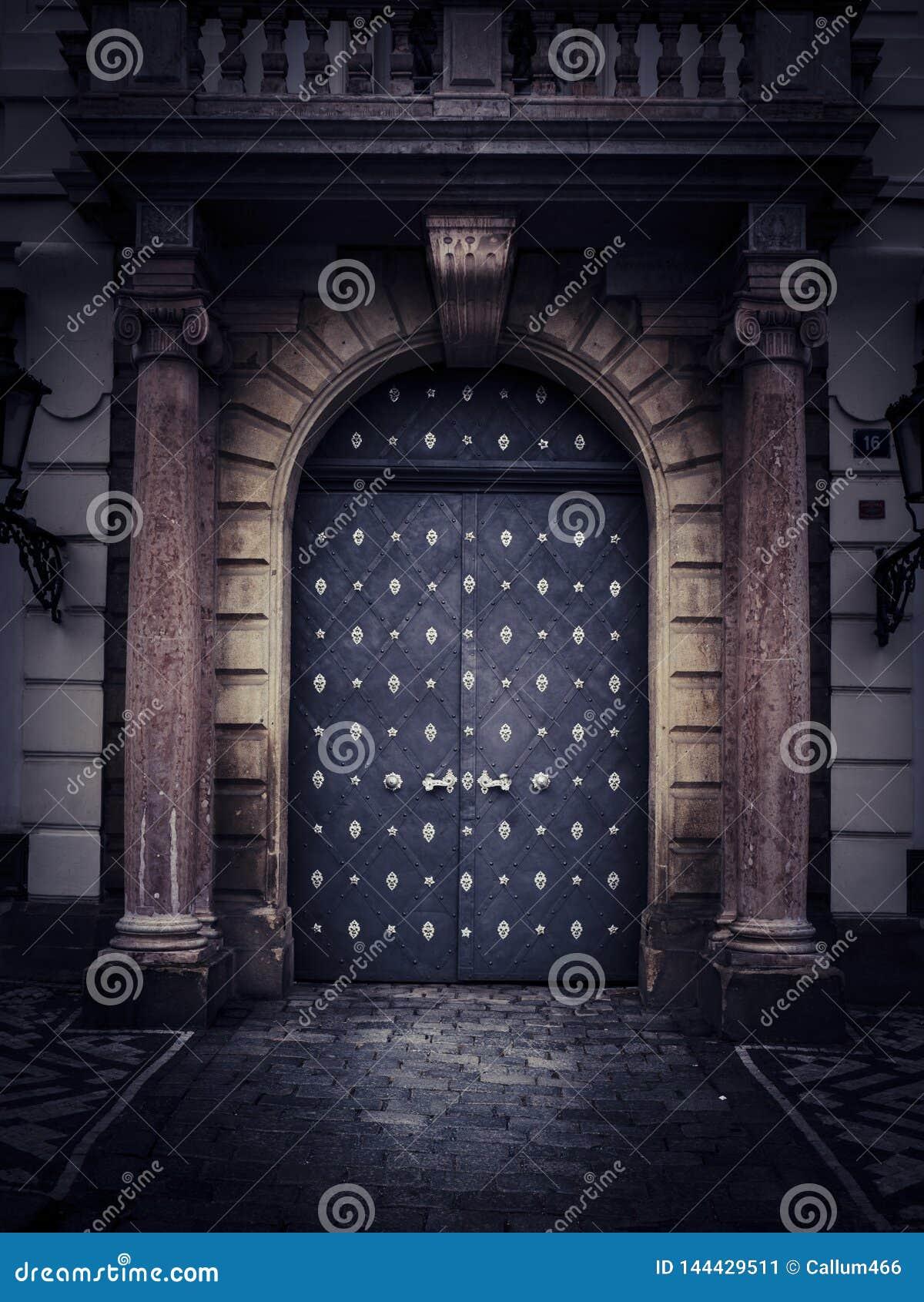 Oude rustieke deur tussen gesneden steenpijlers