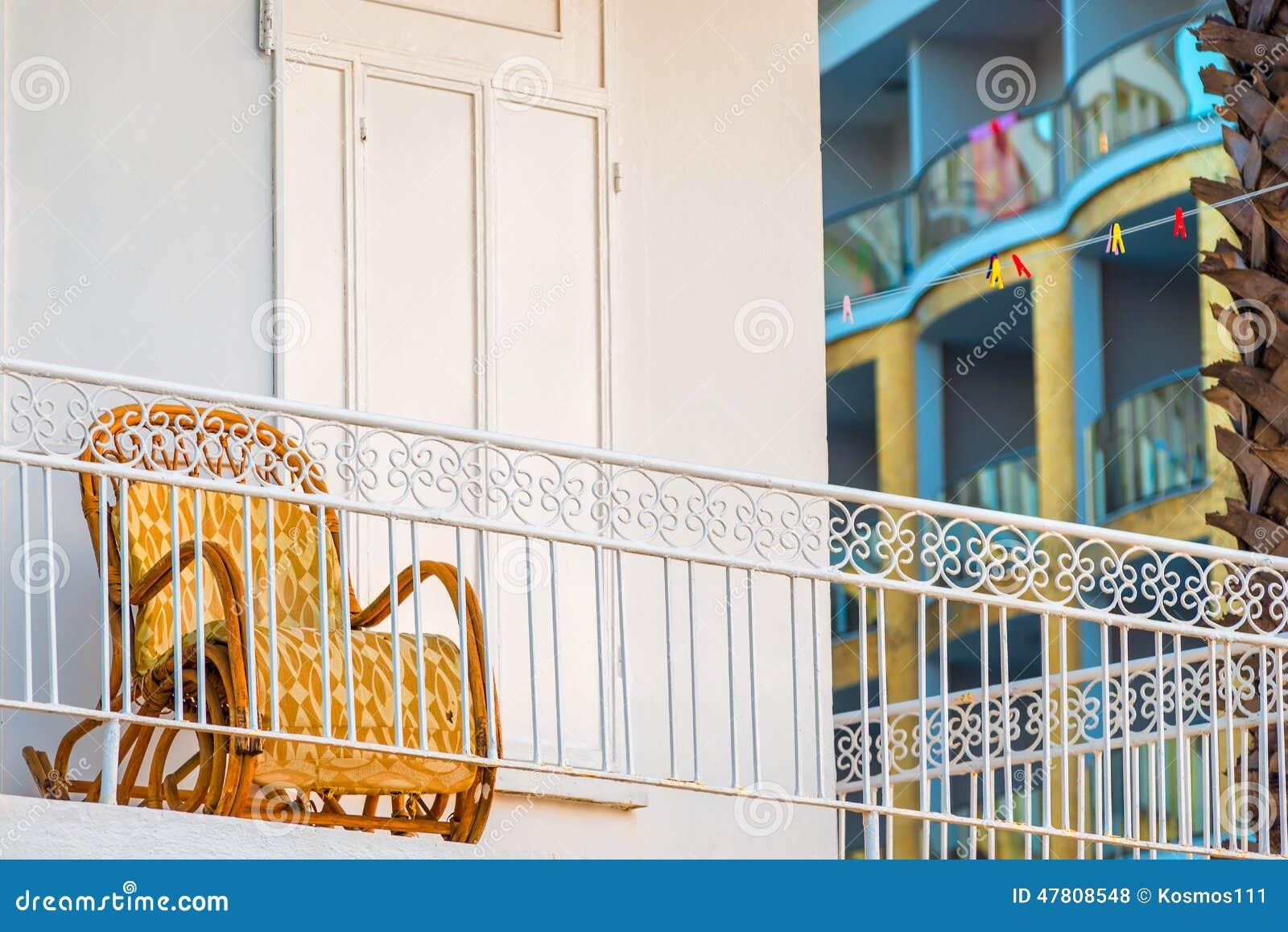 Schommelstoel Op Balkon : Oude schommelstoel op het balkon stock foto afbeelding bestaande