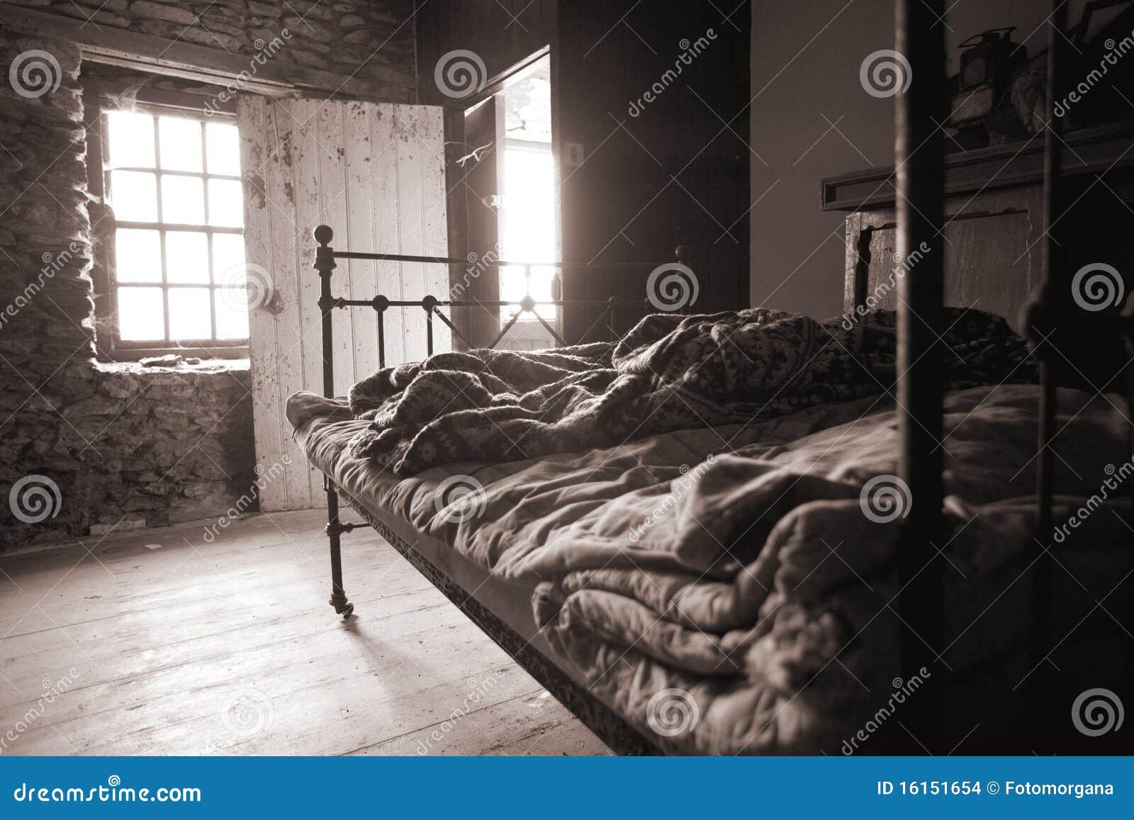 Oude Slaapkamer Slechte Levensstijl Stock Afbeeldingen - Afbeelding ...