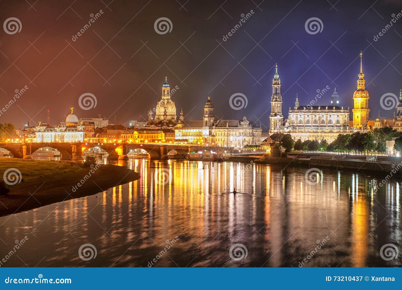 Oude stad van Dresden op Elbe rivier bij nacht, Duitsland