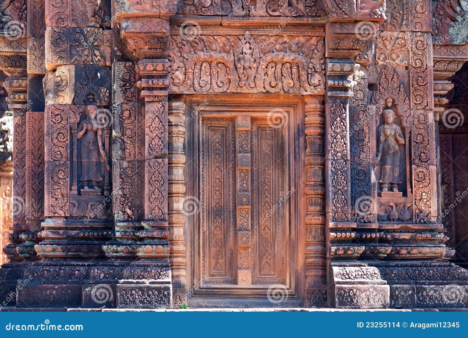 Oude standbeelden in de tempel Banteay Srei