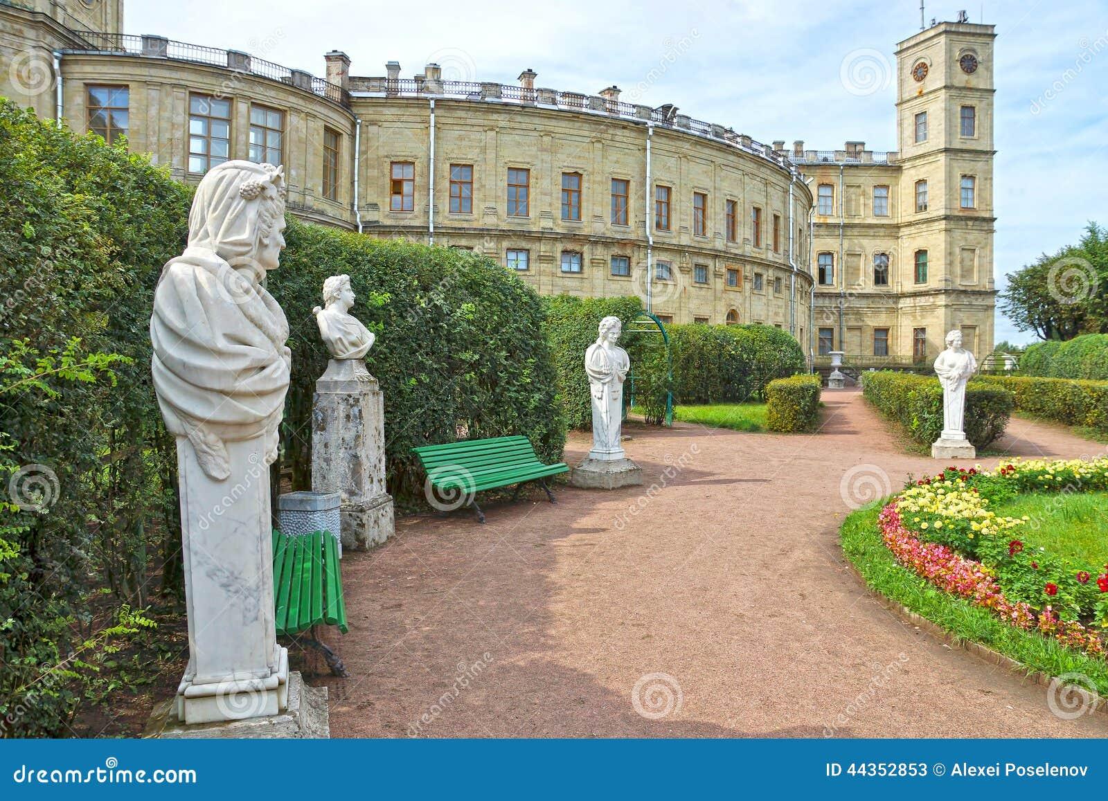 Oude standbeelden in de tuin naast Paleis