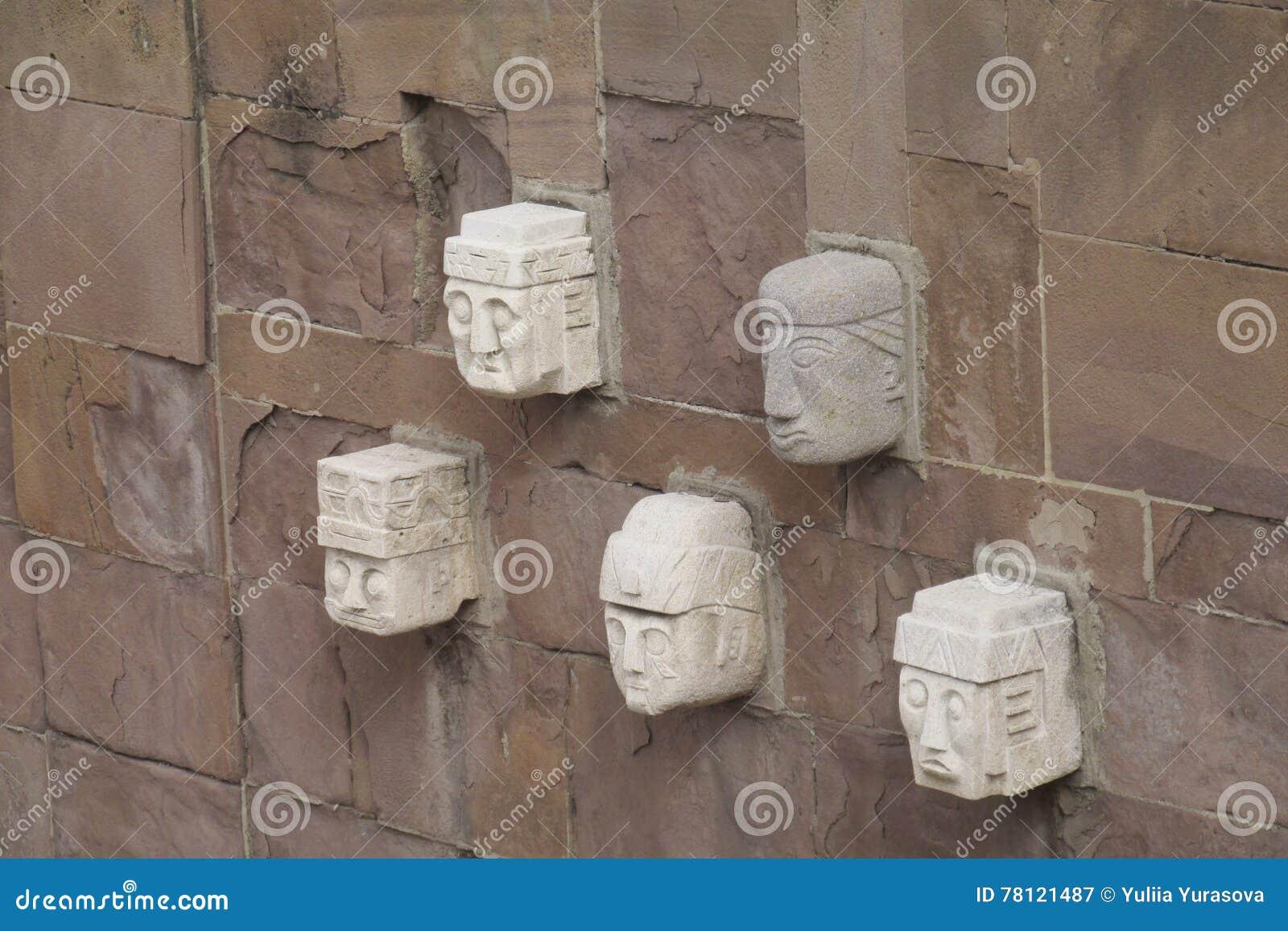 Oude standbeelden van de archeologische plaats van Tiwanaku