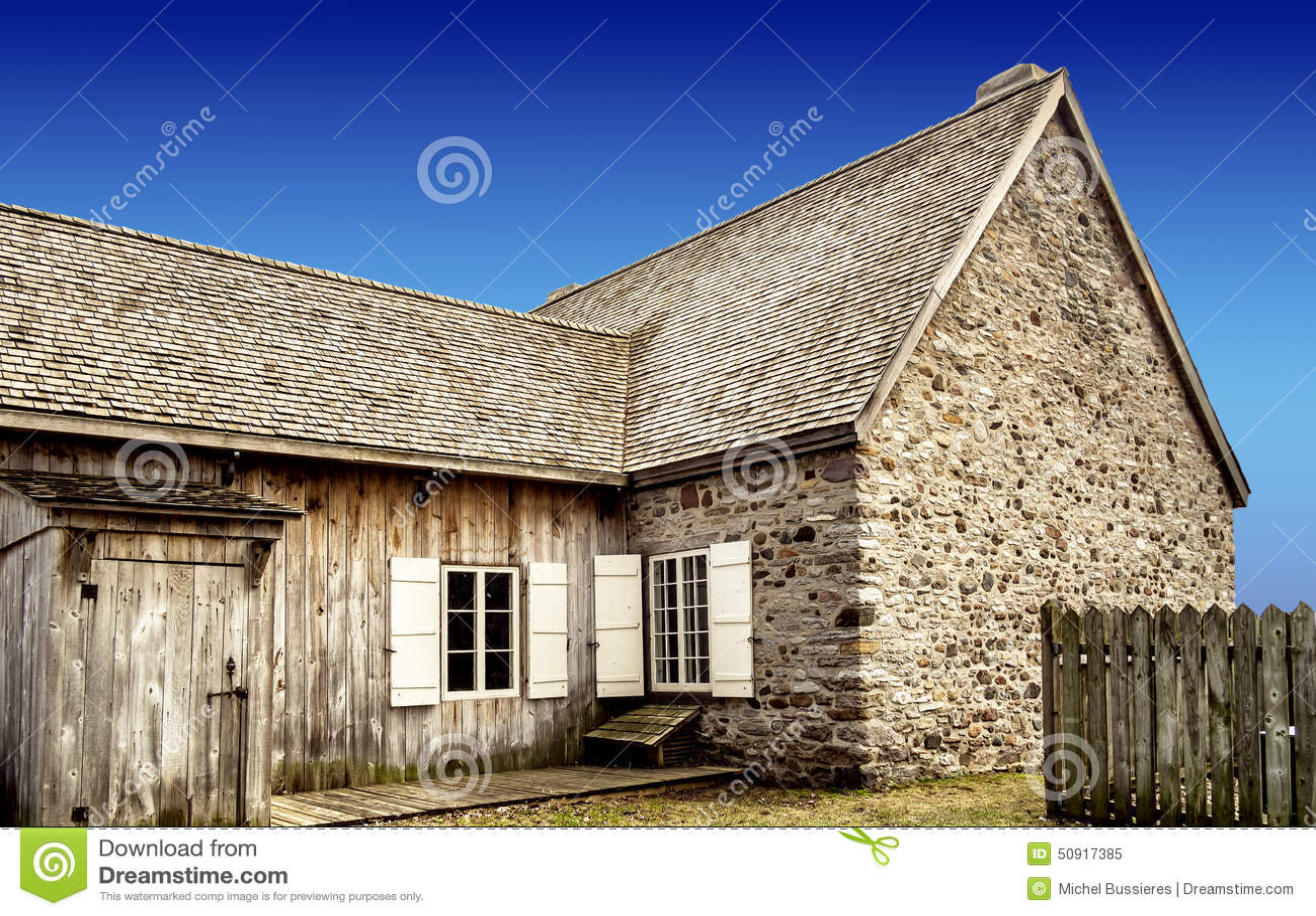 Oude steen houten huis stock foto afbeelding 50917385 for Hout huis