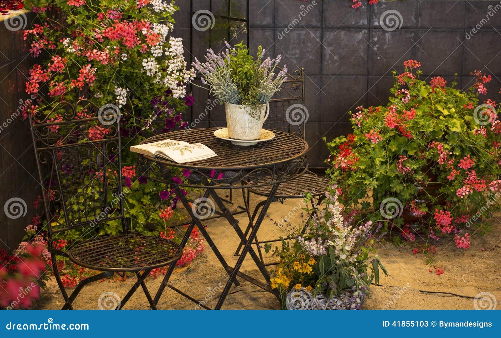 Oude stoelen en lijst in tuin met vele gekleurde bloemen stock foto afbeelding 41855103 - Tuin decoratie buitenkant ...
