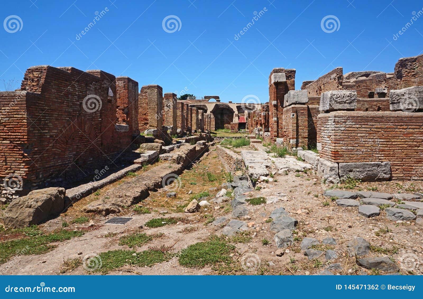 Oude straatruïnes in Ostia Antica Mooie oude vensters in Rome (Itali?)