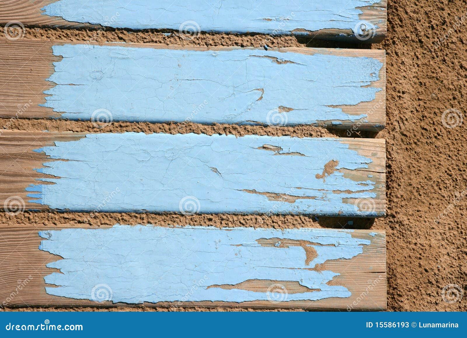 Oude strand blauwe houten vloer op zand stock afbeelding