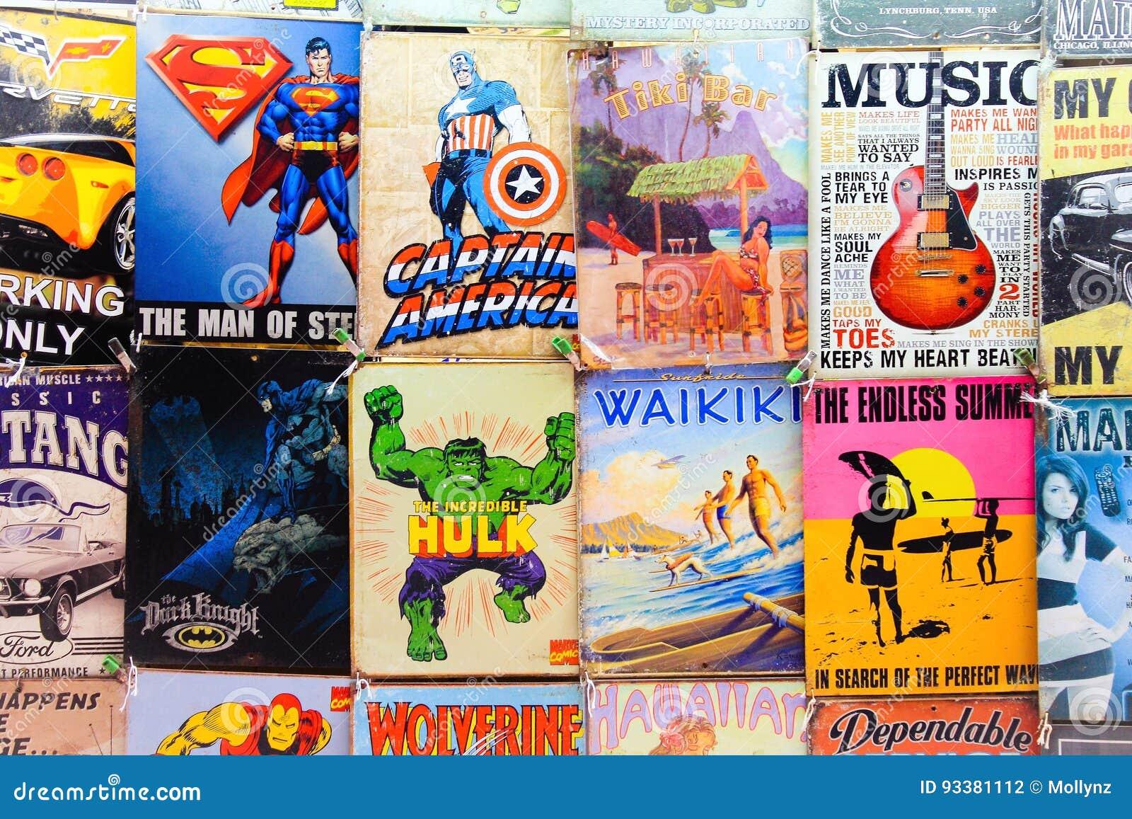 Oude Strippagina en tekens voor verkoop bij een Waikiki-Marktkraam