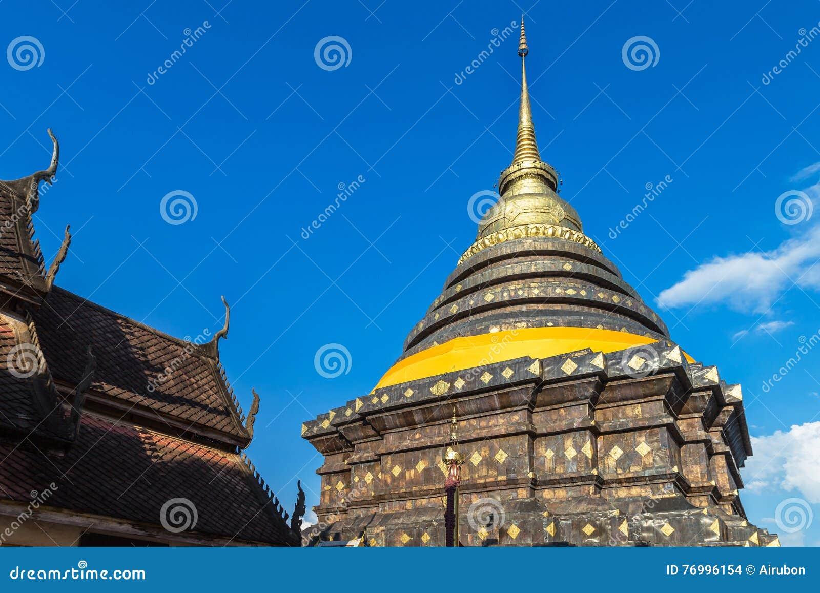 Oude stupapagode in watpra die lampang luang bij lampang Thailand