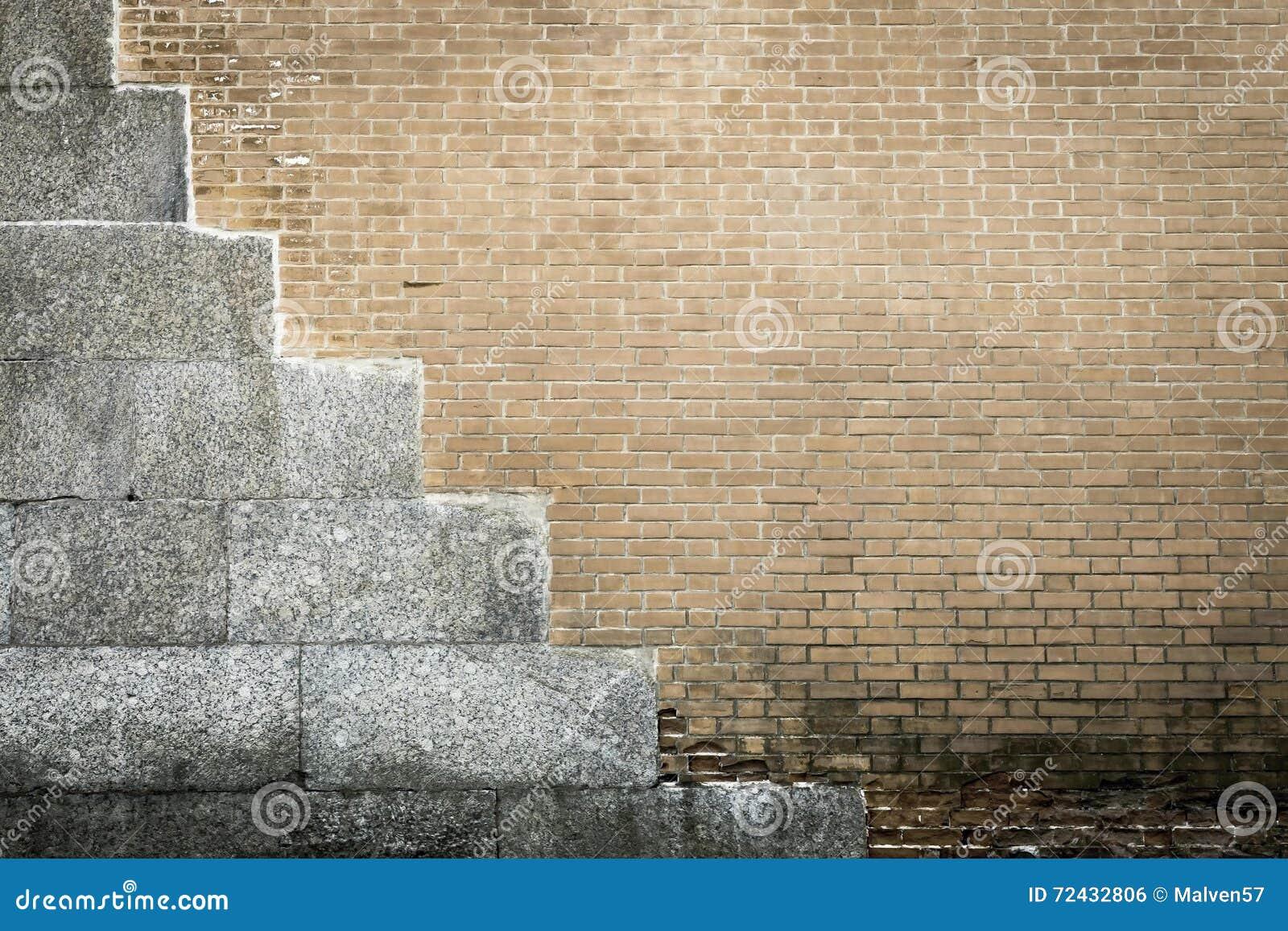 Oude textuur van een beige bakstenen muur met cementplaten stock ...