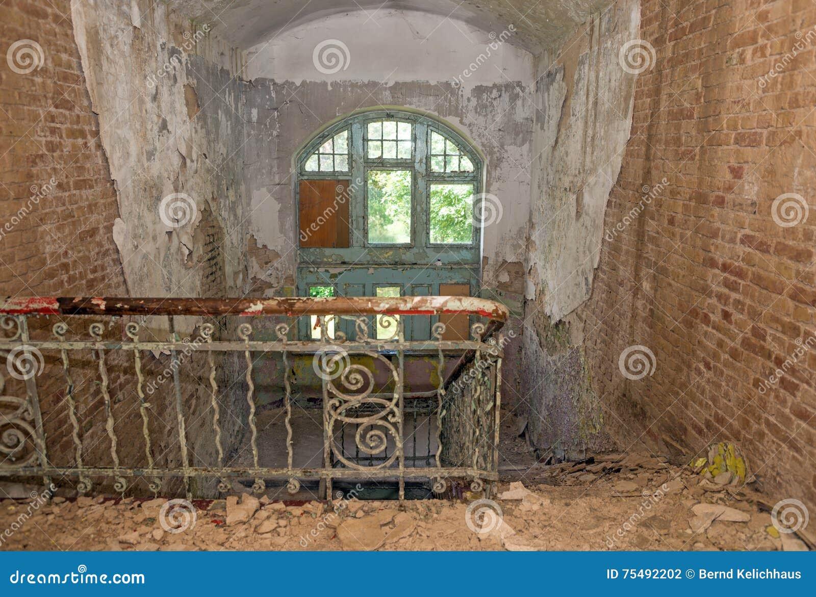Oude trap in een verlaten huis stock foto afbeelding bestaande