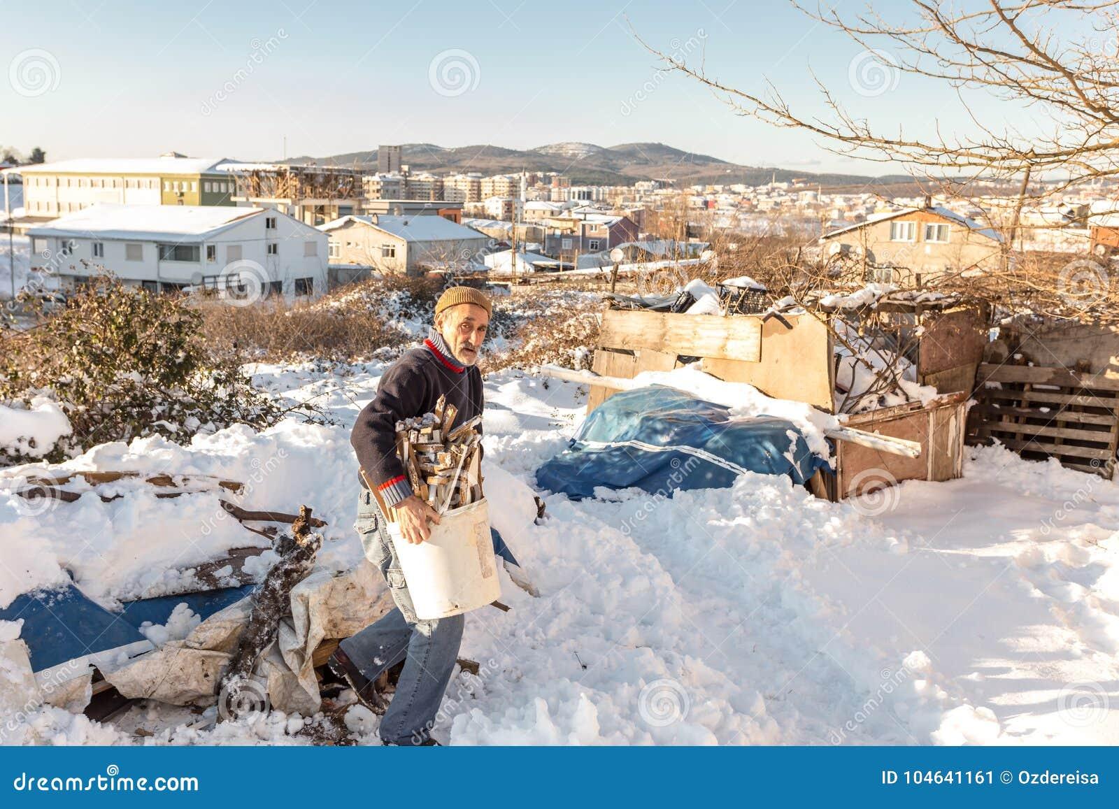 Download Oude Turkse Mens Die Gehakt Brandhout In Een Plastic Emmer Dragen Redactionele Foto - Afbeelding bestaande uit velen, houthakker: 104641161
