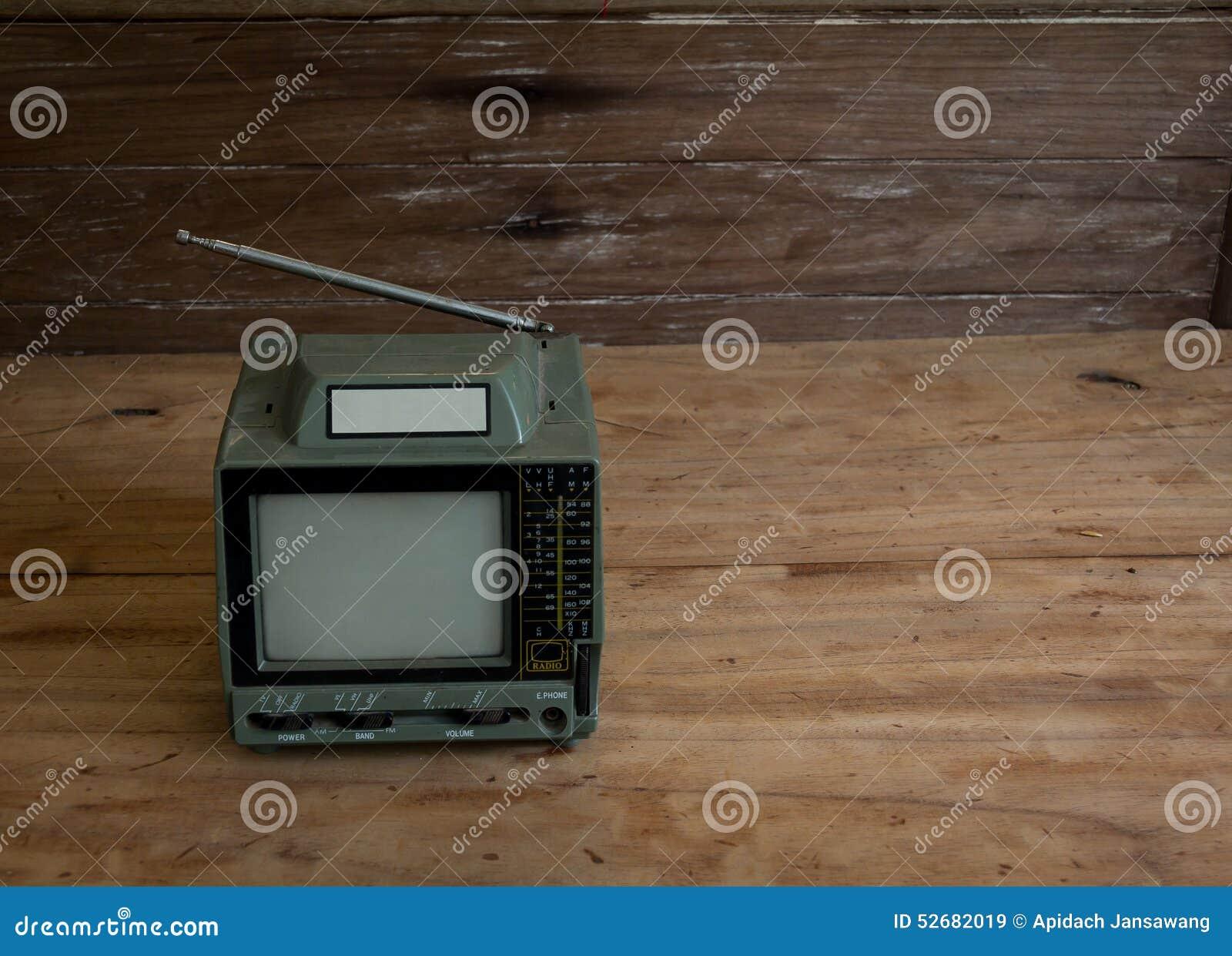 Tv In Vloer : Oude tv op de oude houten vloer stilleven 1 stock afbeelding