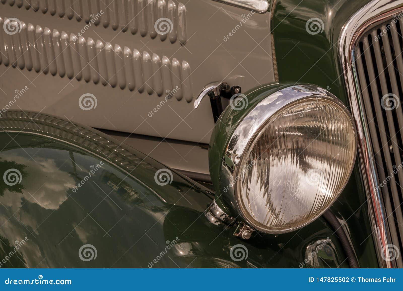 Oude uitstekende auto