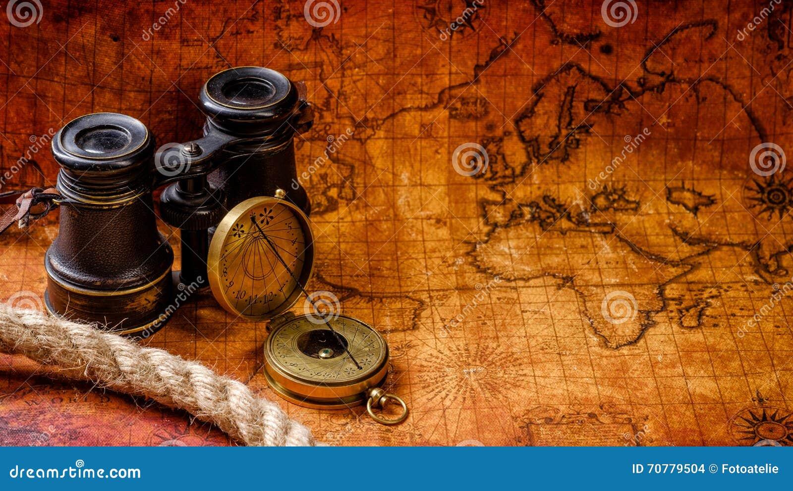 Oude uitstekende retro kompas en kijker op oude wereldkaart