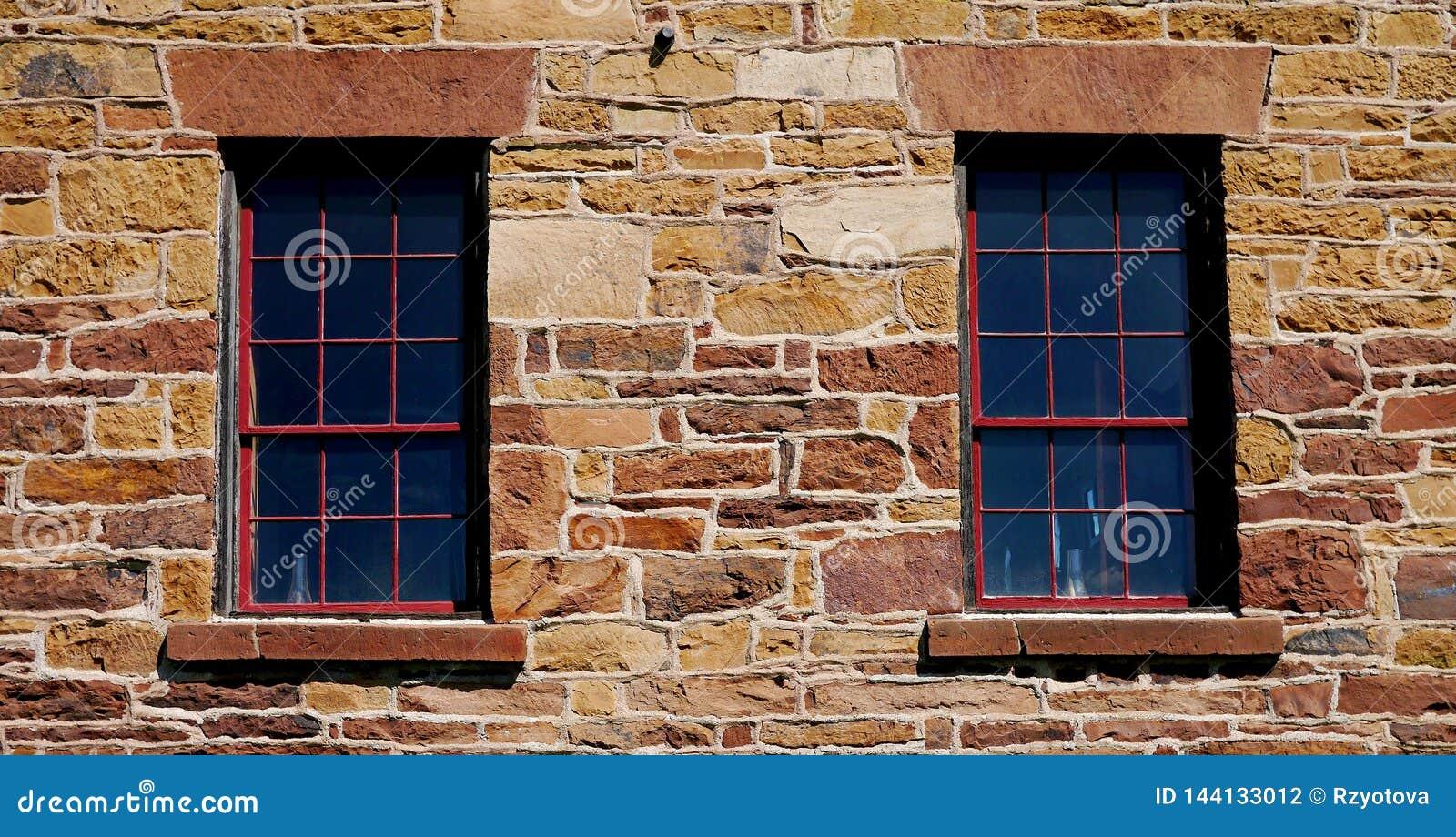 Oude vensters in steenmuur