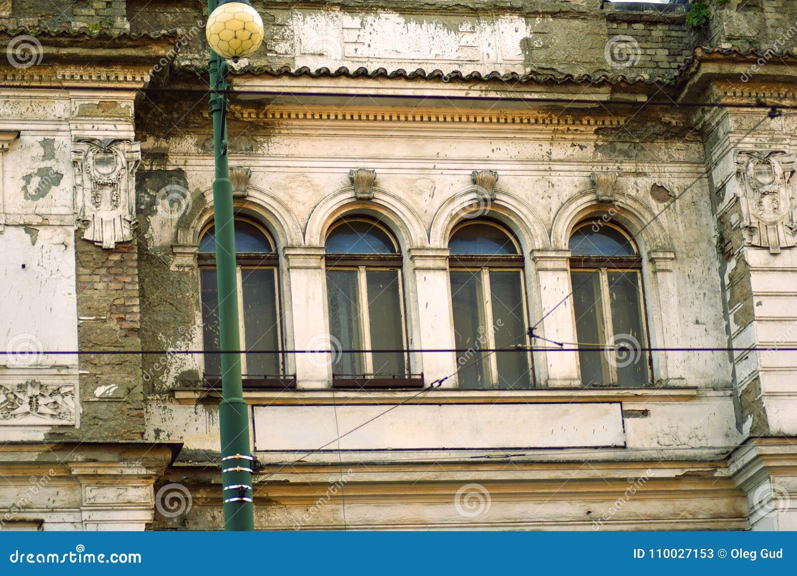 Oude vensters van ruïnes in Praag