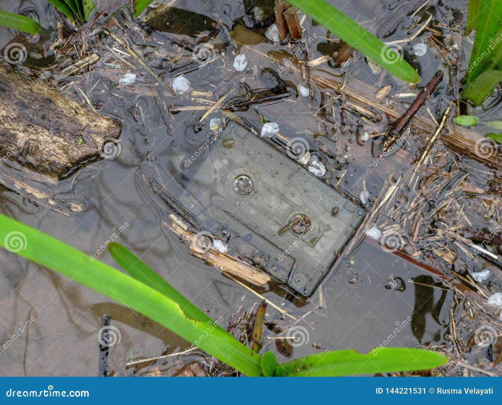 Oude vergeten cassetteband op water Iran, Gilan, Rasht