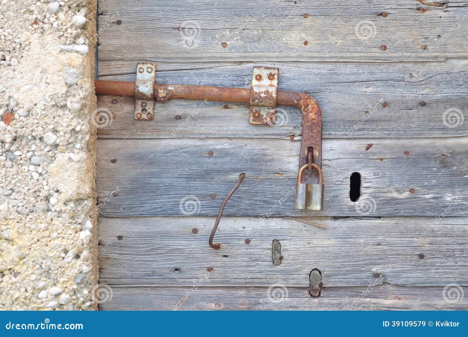 Oude, verlaten, grijze, houten deur met hangslot