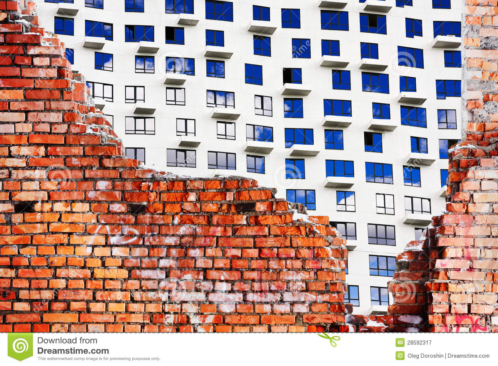 Een Nieuw Huis : Oude vernietigde bakstenen muur van het gebouw en een nieuw huis