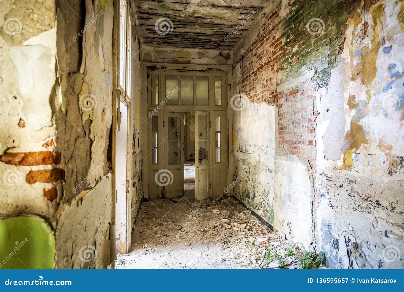 Oude veronachtzaamde en vernietigde binnenlandse ruimten een weinig lawaaierig effect voor groter drama