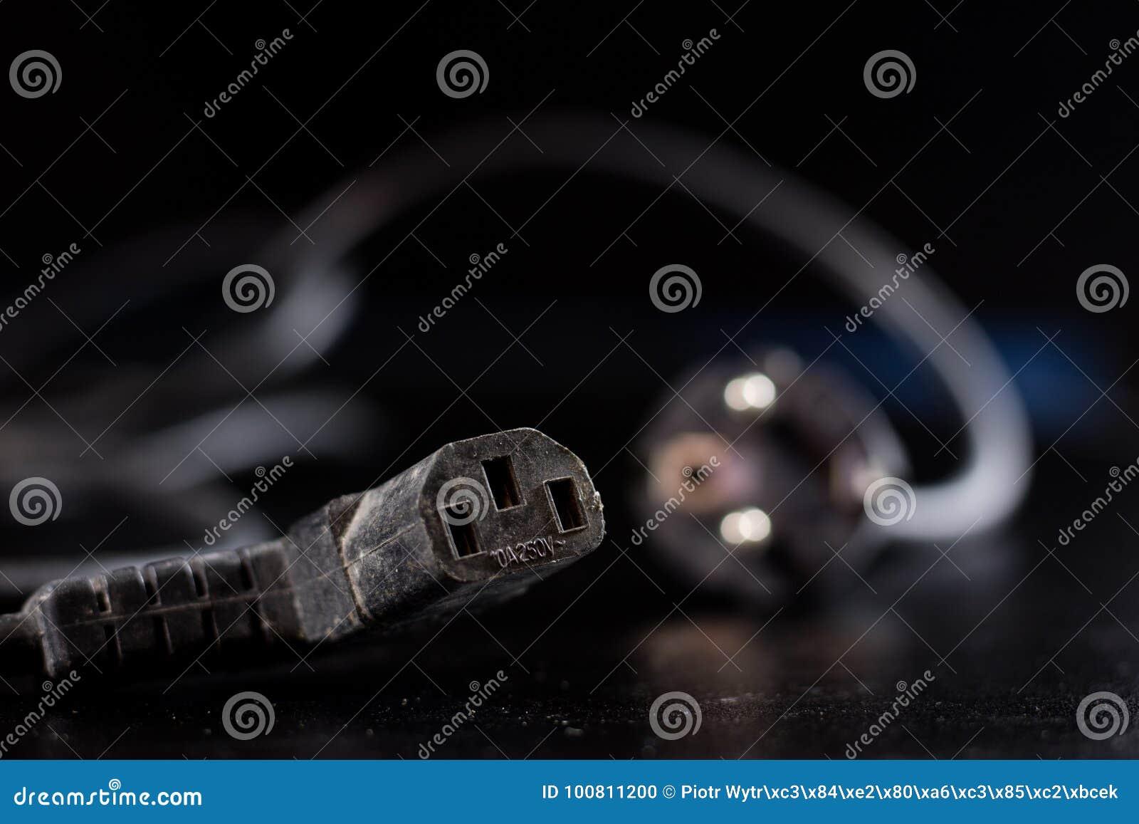 Oude verwarde kabels, elektronika en oude kabelschakelaars op a