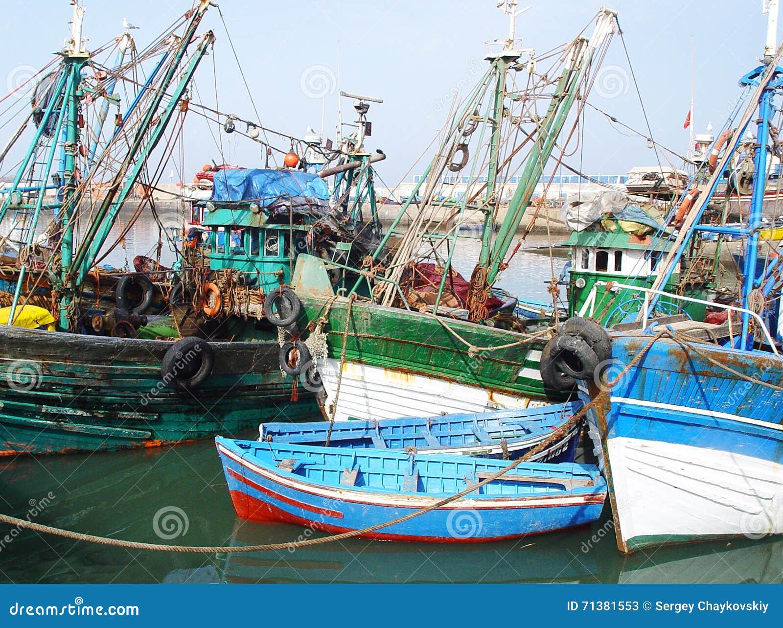 Oude Vissersboten En Motorboten In De Haven Van Agadir Stock Foto   Afbeelding  71381553