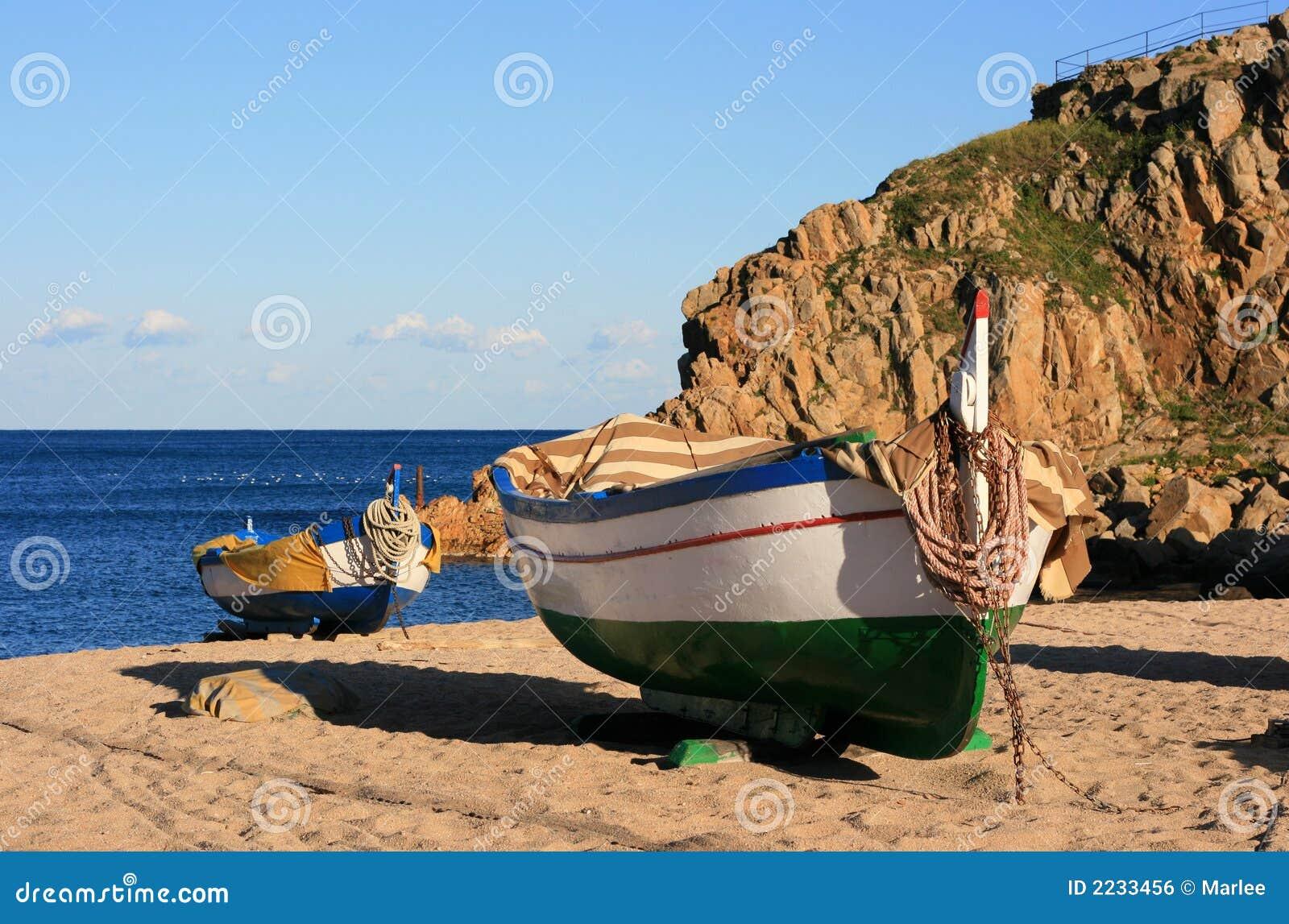 Oude Vissersboten Op Het Strand Royalty vrije Stock Afbeelding   Afbeelding  2233456