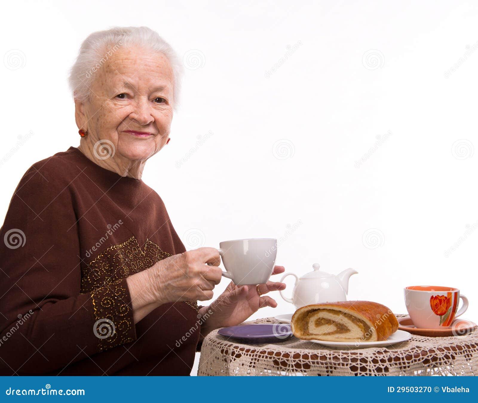 Oude vrouw die ontbijt hebben