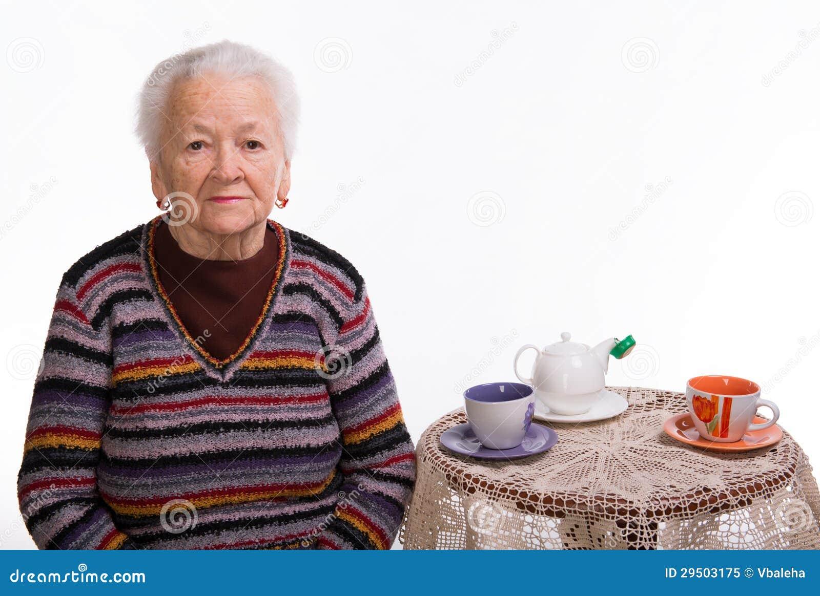 Oude vrouw die voor ontbijt voorbereidingen treffen