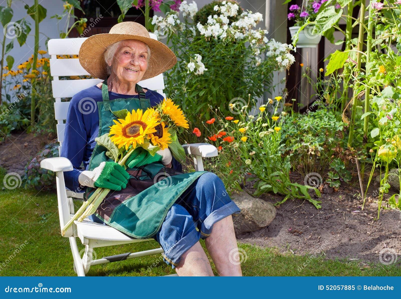 Oude Vrouwenzitting op de Zonnebloemen van een Stoelholding