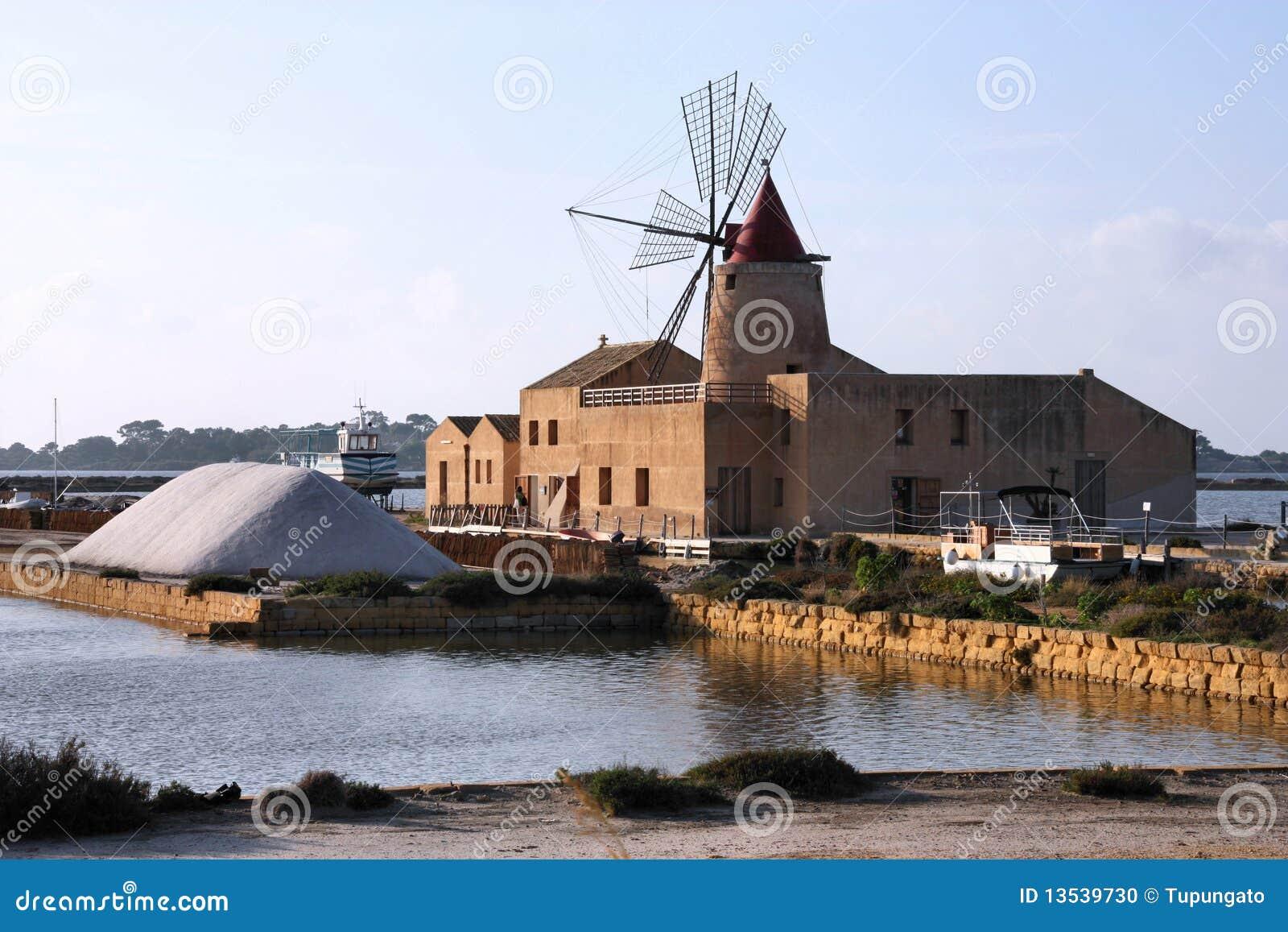 Oude windmolen in saltworks