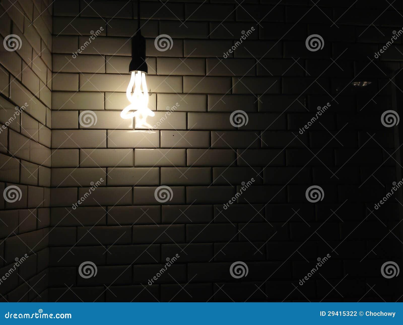 Muurtextuur als achtergrond met een donker licht van schijnwerperbol