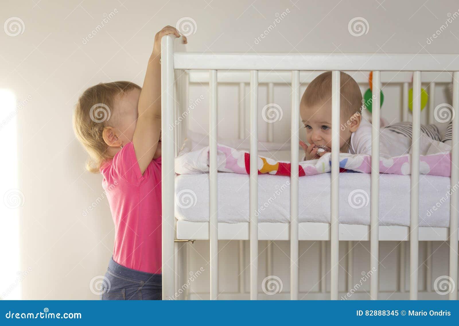 Oudere die zuster op de voederbak wordt gehangen