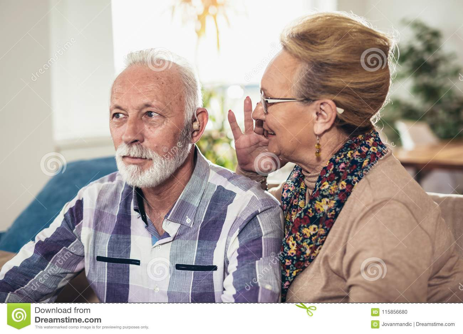 Oudere man en vrouw of gepensioneerden met een hoorzittingsprobleem