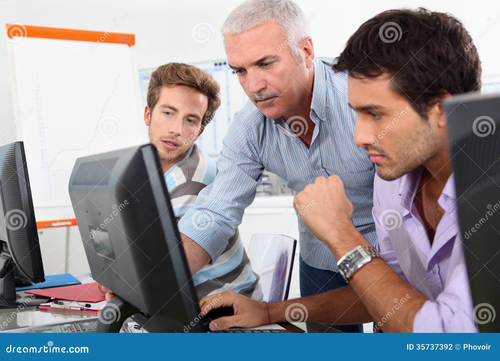Oudere studenten die computers met behulp van
