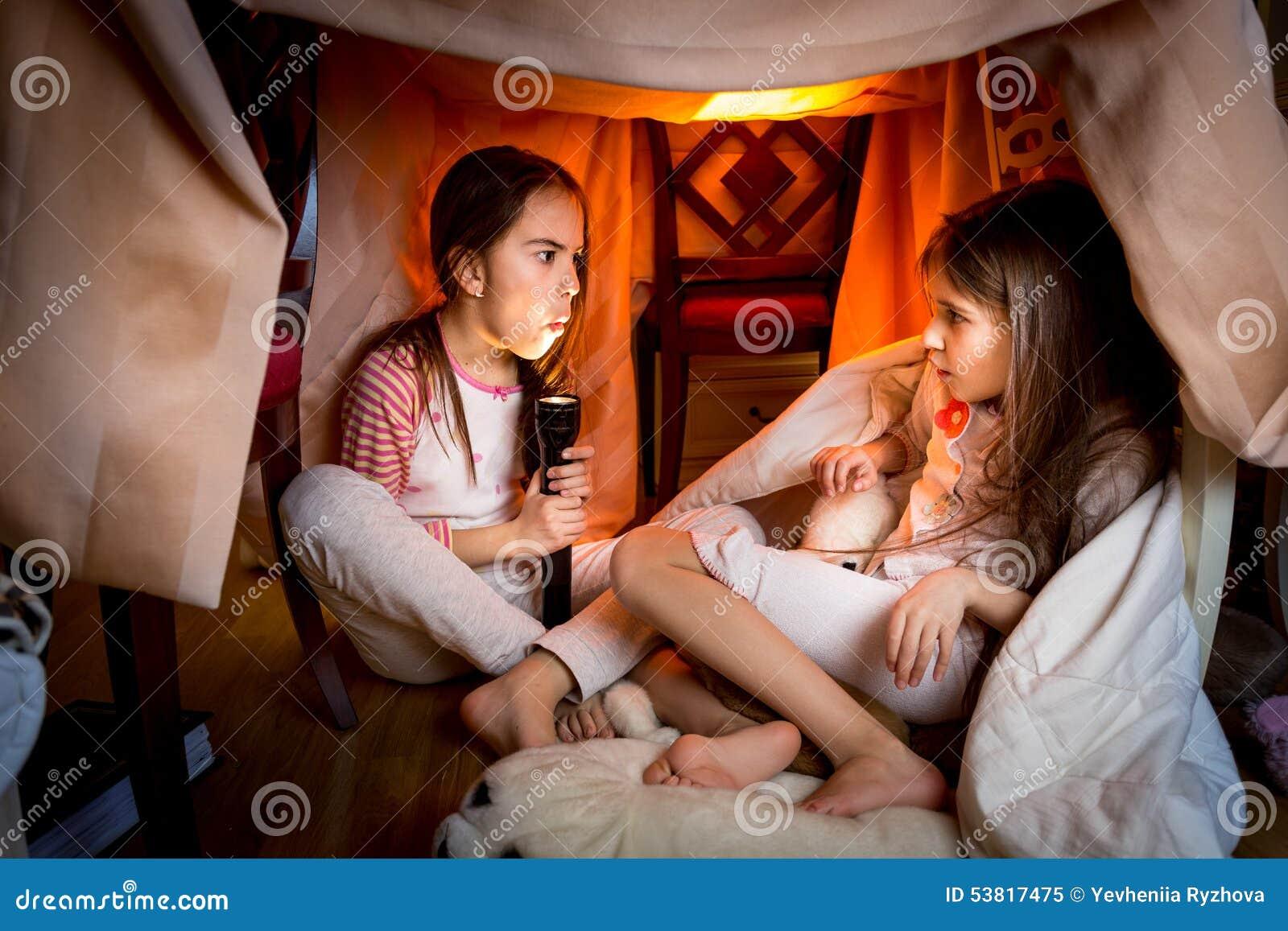 Oudere zuster die eng verhaal vertellen aan jongere bij laat - nacht