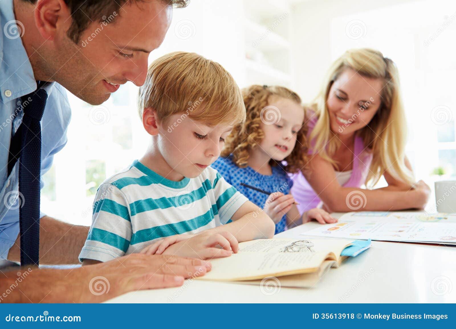 Ouders die Kinderen met Thuiswerk in Keuken helpen