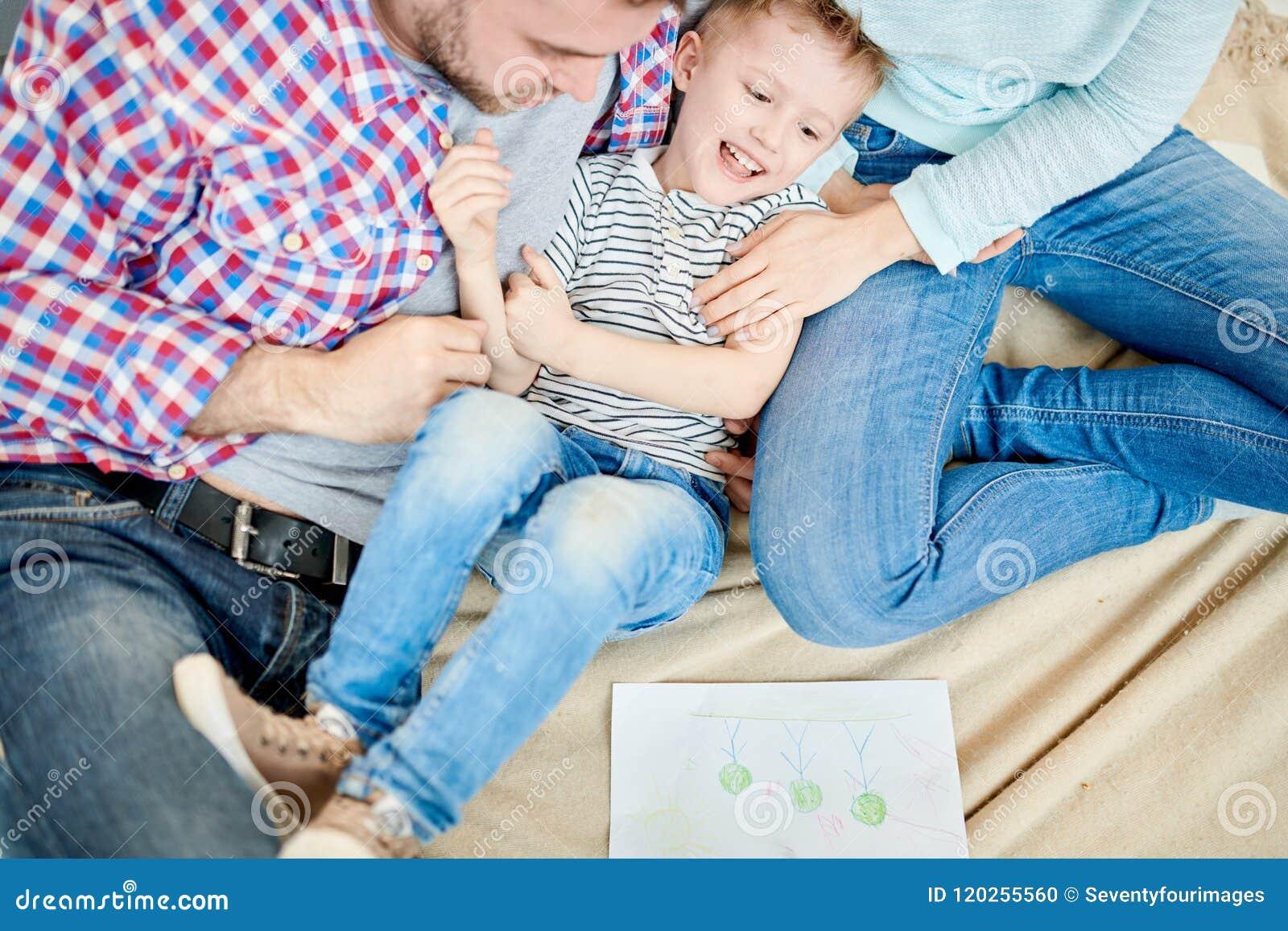 Ouders die Leuk Little Boy kietelen