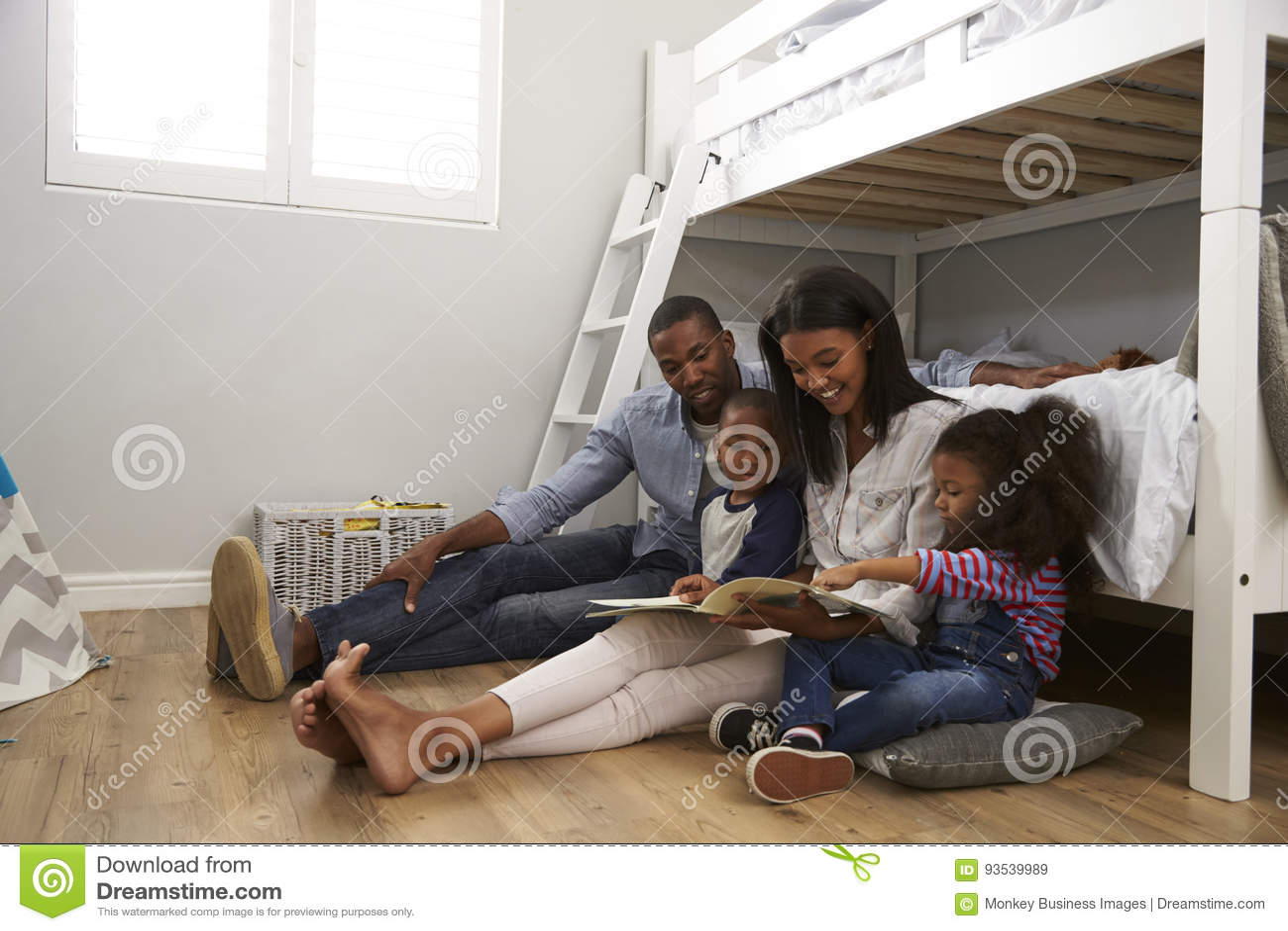 Ouders die Verhaal lezen aan Kinderen in Hun Slaapkamer