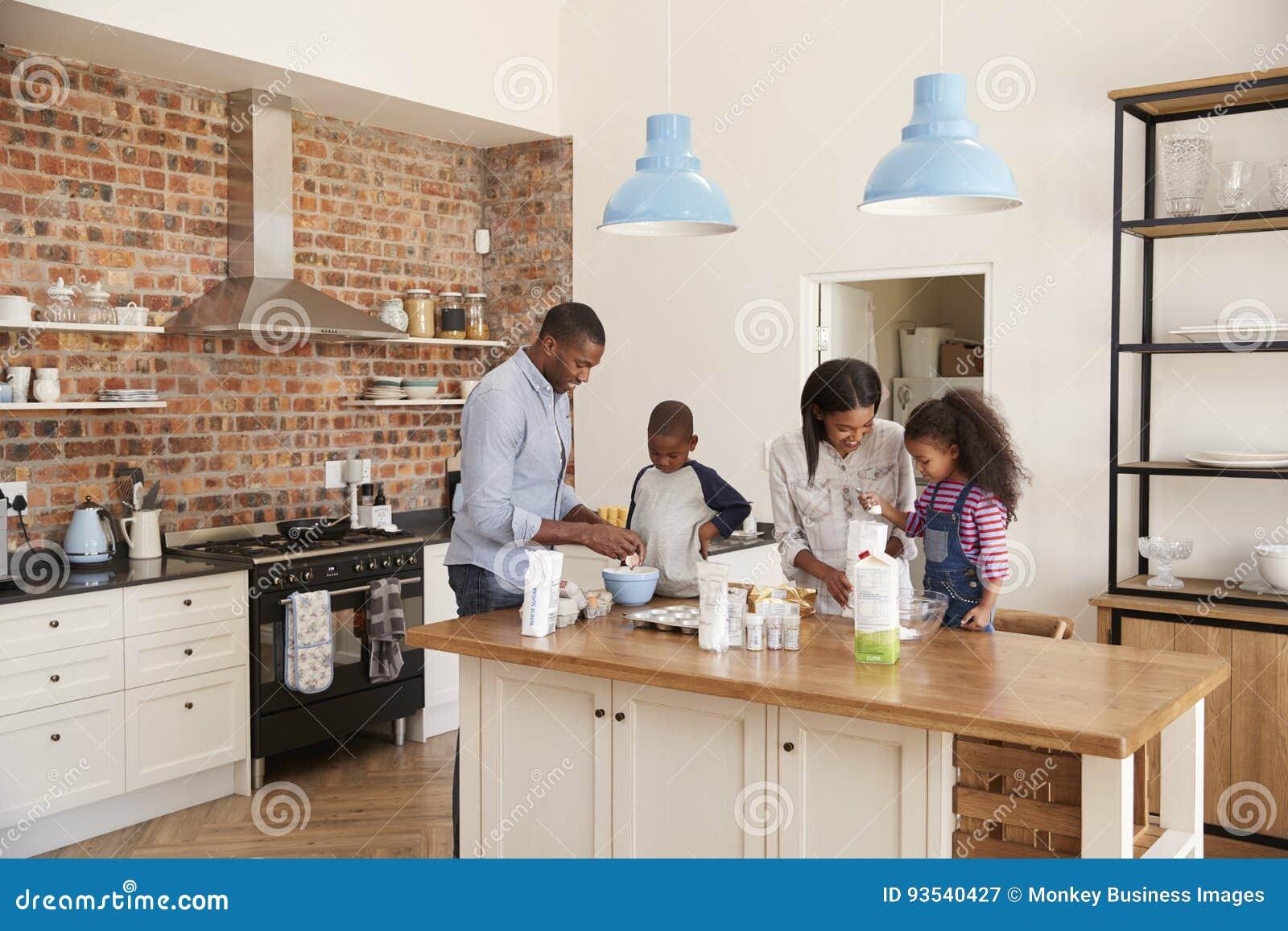 Keuken Voor Kinderen : Ouders en kinderen die cakes in keuken samen bakken stock